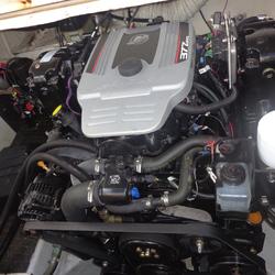 Installation de moteur in-bord Mercruiser 377 Magnum, V8, essence de 320 cv, injection électronique avec transmission Z-Dive Bravo 3 Duo-Prop sur un Chris Craft 25 Crown