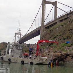 Manutention d'un corps mort en béton, pour l'installation d'un mouillage complet, à l'aide de la barge de travail et d'un plongeur scaphandrier Class 2 A
