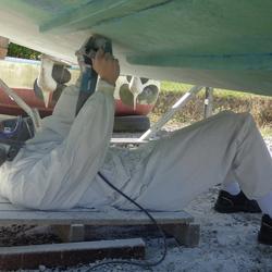 Pelage, étape d'un traitement osmose sur bateau à moteur, à l'aide d'un rabot GEL Plane