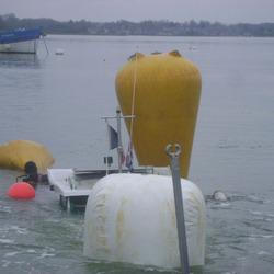 Renflouage d'un Alienor 6.20, à l'aide de parachutes de levage ; ce bateau avait coulé sur son mouillage