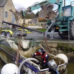Renflouage et pompage d'un bateau à moteur à Livet