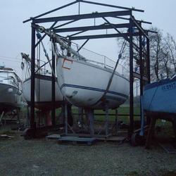 Levage d'un voilier Eolia à l'aide du roulève, pour réparation polyester
