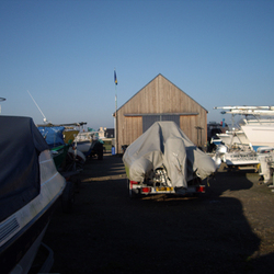 Location d'emplacement pour hivernages bateaux, sur une aire adaptée, équipée et clôturée