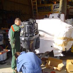 Installation  d'un moteur hors-bord  115cv Yamaha et montage des accessoires sur un semi-rigide